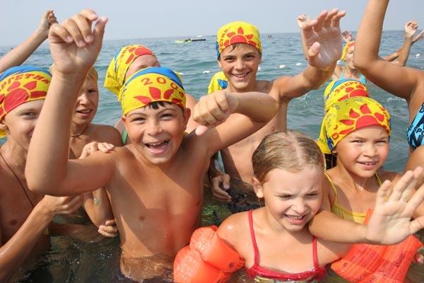 какие туристические фирмы из города ¤рославл¤ отправл¤ют детей в лагер¤ на черное море